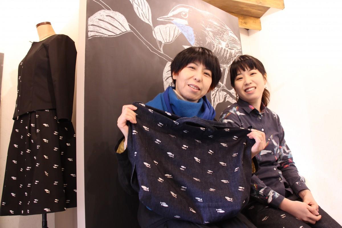 ソールームを紹介する籠谷裕美さん(左)と籠谷美桜(右)さん