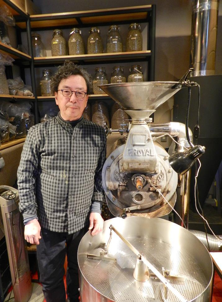 店主の黒崎陽蔵さんと昭和62年製の直下式焙煎機