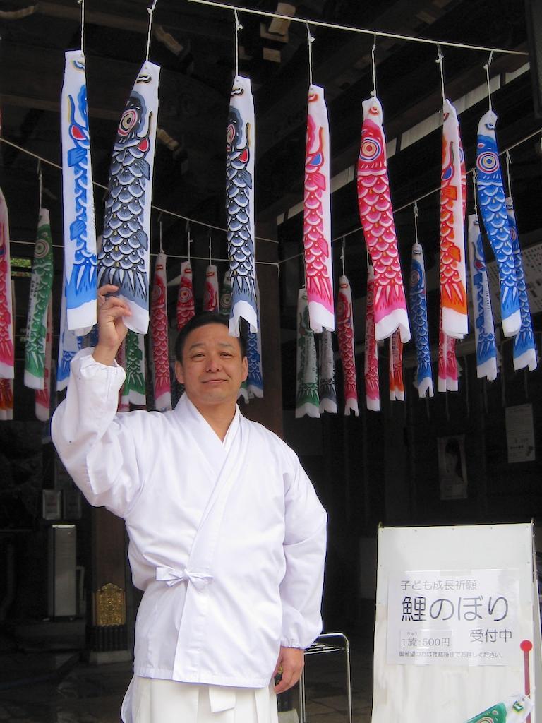 こいのぼりを紹介する宮司の西谷真太郎さん