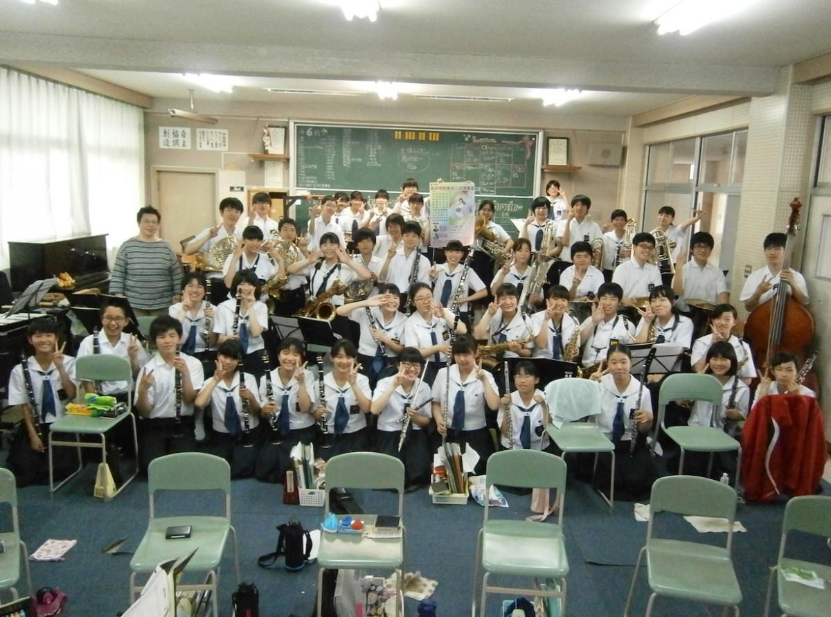 同演奏会に出演する松陽中学校吹奏楽部一同