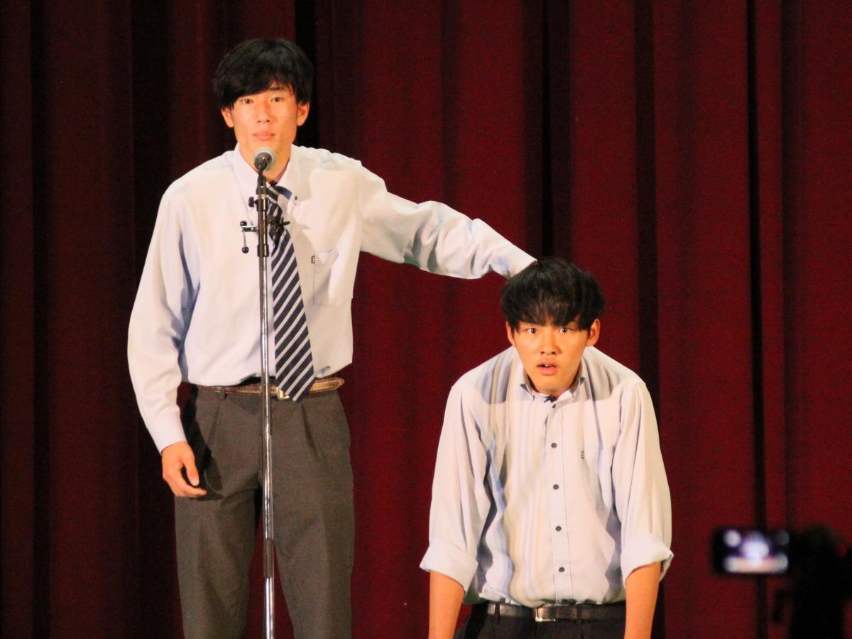 漫才を披露する佐伯龍之輔さん(左)と角本大祐さん(右)