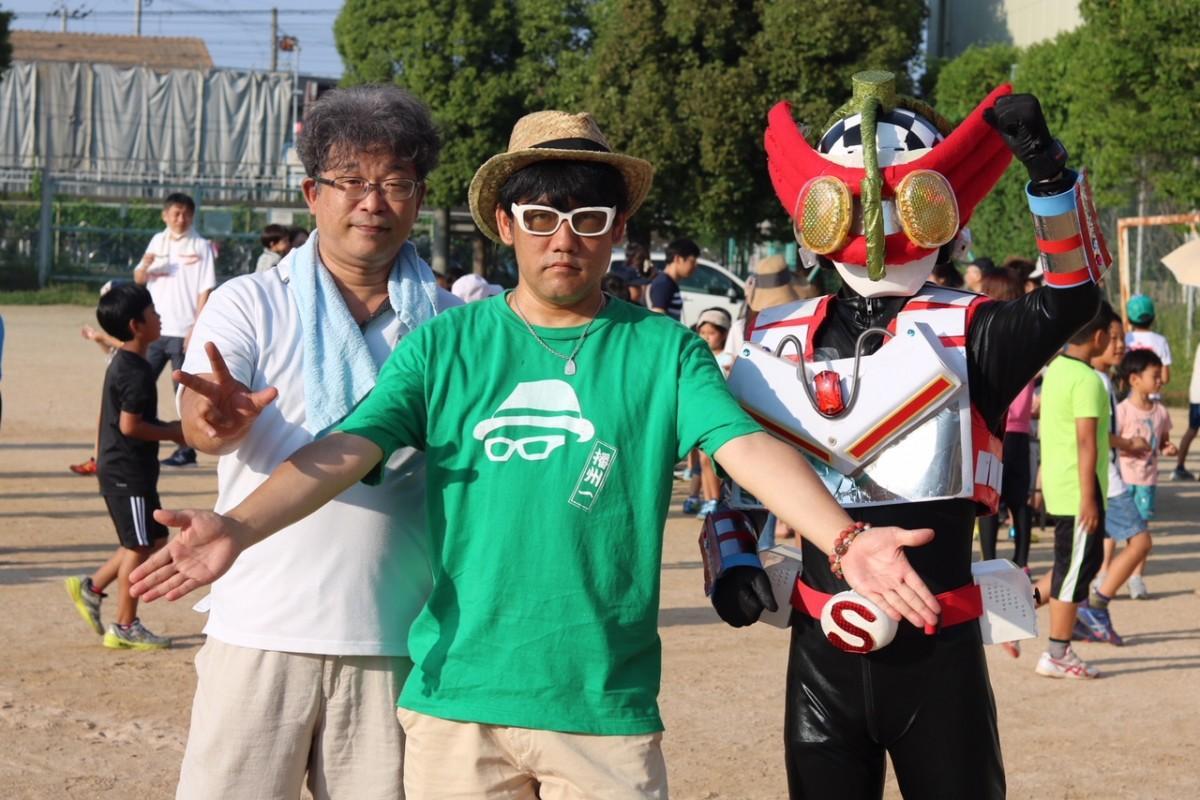 播州弁ラジオ体操を企画した竹内茂雄さん(左)とMCの播州一さん(中)、ご当地ヒーローの「そねレンジャー」(右)