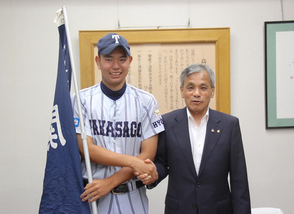 登高砂市長と握手を交わす三浦選手