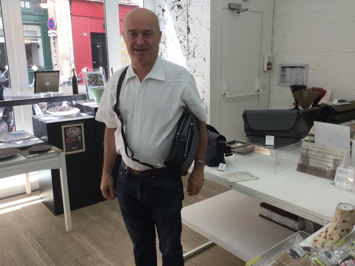 パリでバッグを選ぶ客