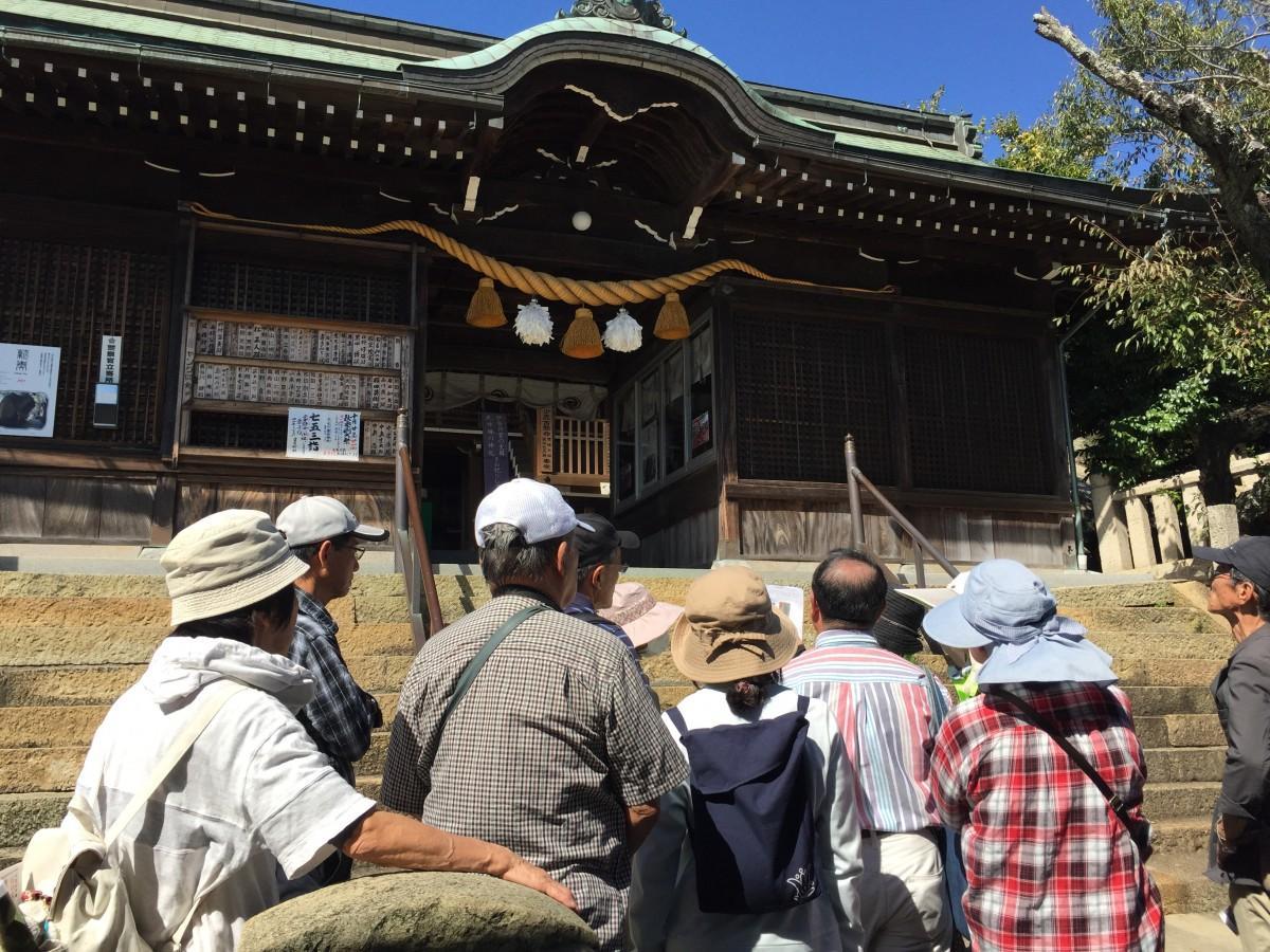 現地案内会で生石神社の歴史を学ぶ参加者①