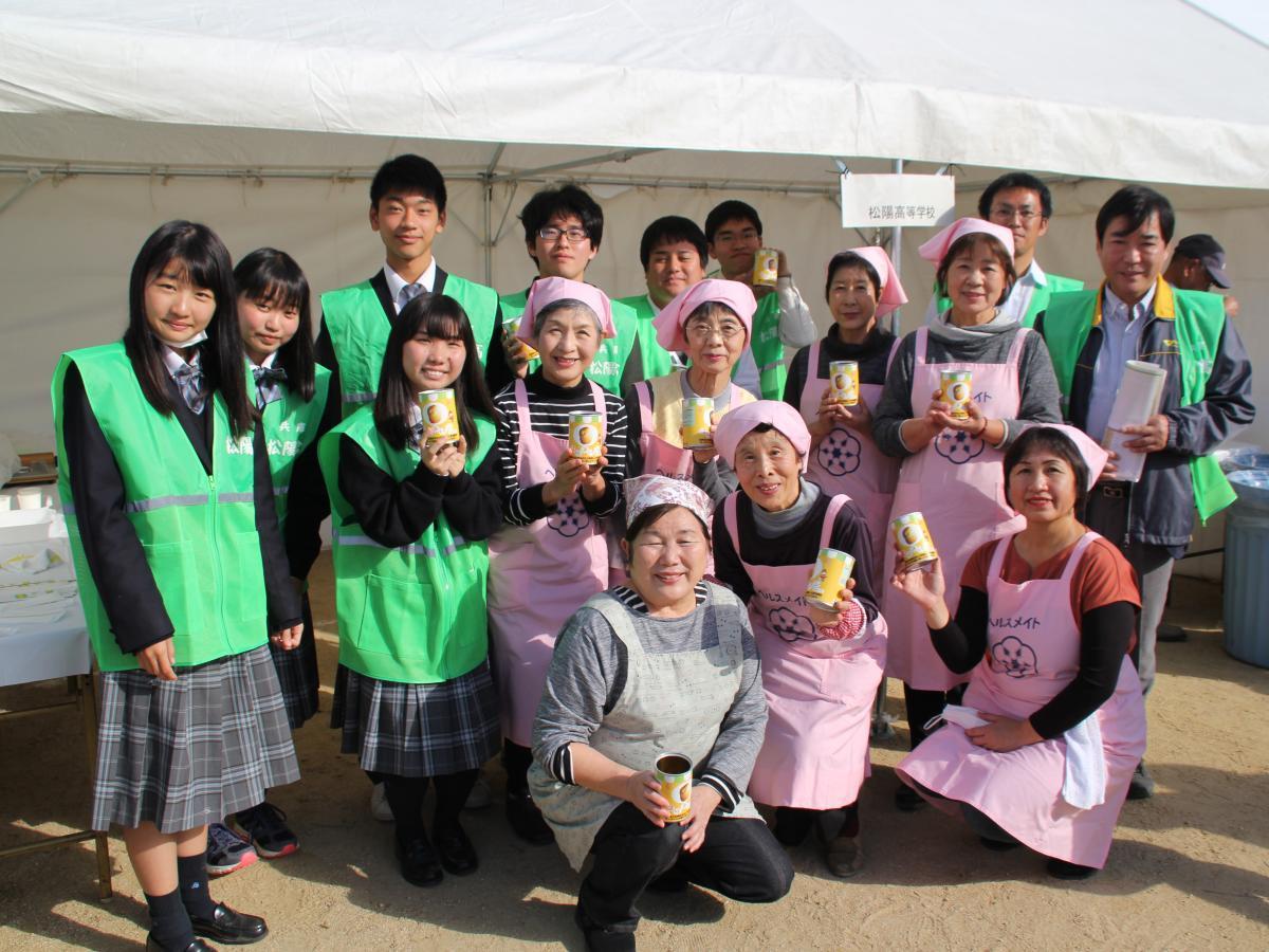 「はりまパン」をPRする松陽高校、兵庫大学の生徒と高砂いづみ会のメンバー