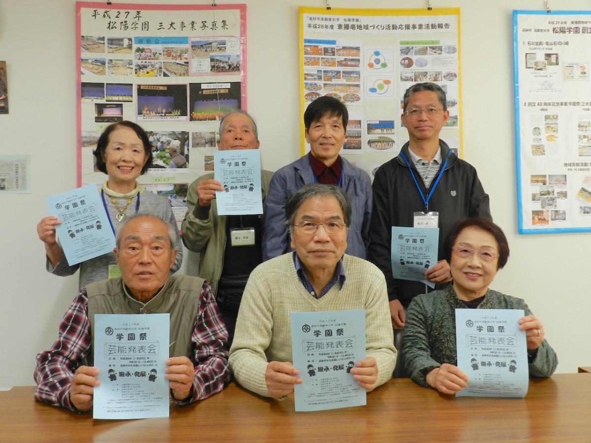 来場を呼び掛ける松陽学園学生自治会のメンバー
