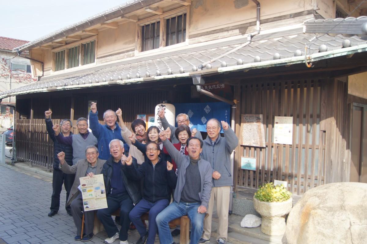 花井家住宅前で参加を呼び掛ける協議会メンバー