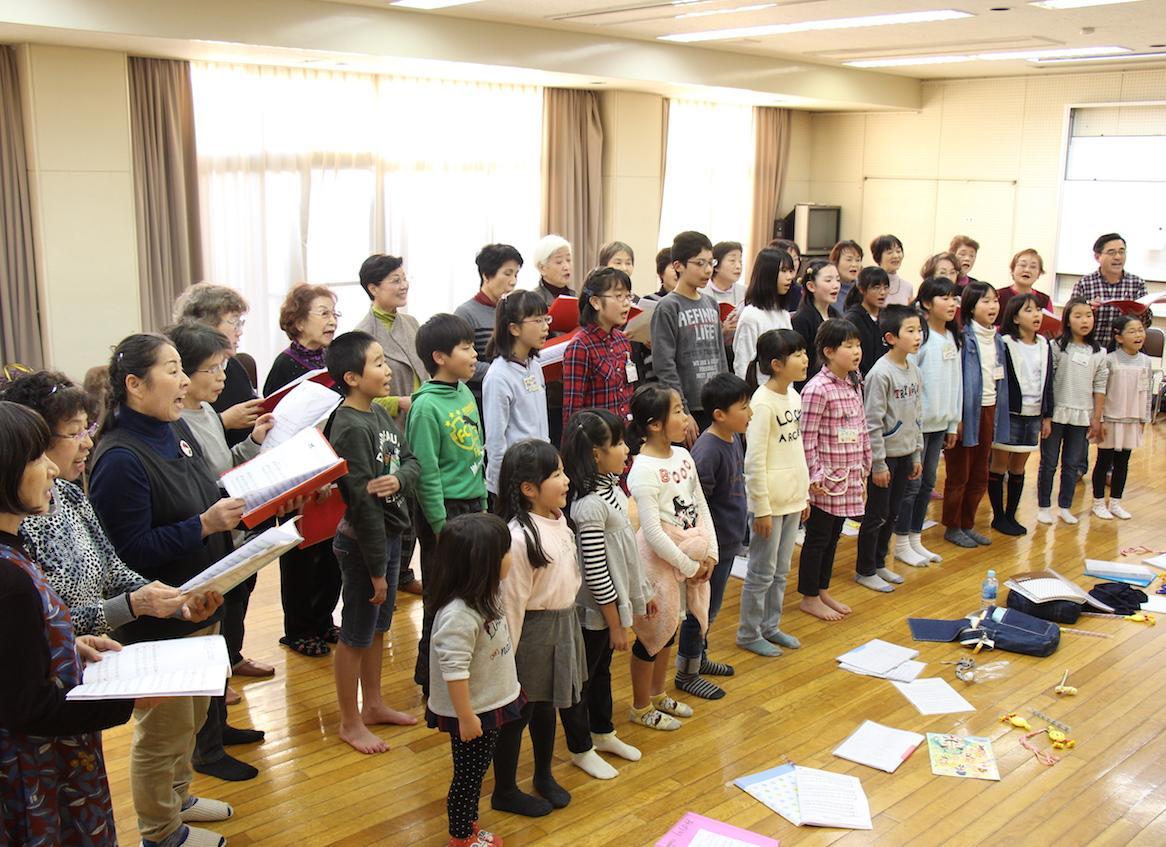 公募合唱団「リーベ・クワイア」と「青い鳥児童合唱団」が合同練習する様子