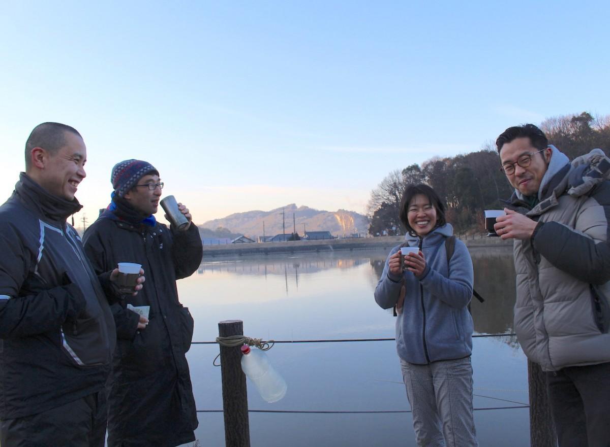 鴻ノ池を眺めながらコーヒーを楽しむ参加者ら
