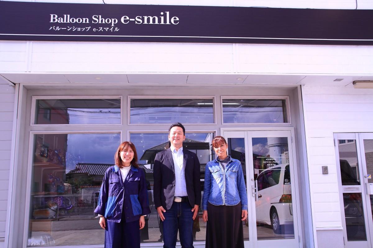 店主の伊藤広海さん(中央)と妻の紀子さん(右)、スタッフの別所さん(左)