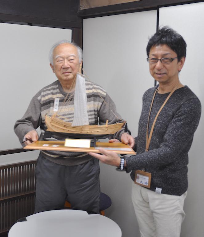 模型を寄贈した藤井茂和さん(左)と大崎敦紀館長(右)