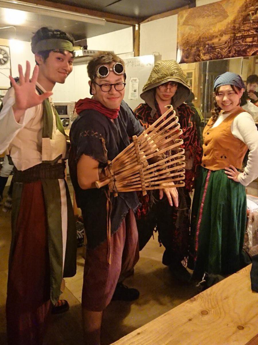 店主の高濱さん(左から2番目)と常連メンバー