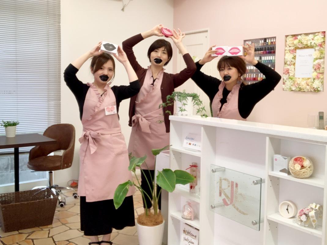 店のスタッフと堀田陽子さん(右)