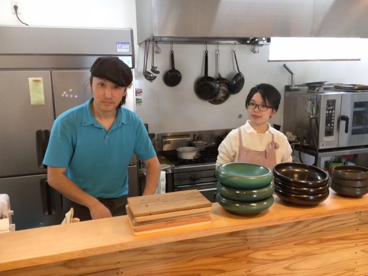 オーナーシェフの佐藤寿幸さんとマネージャーの佐藤沙織さん