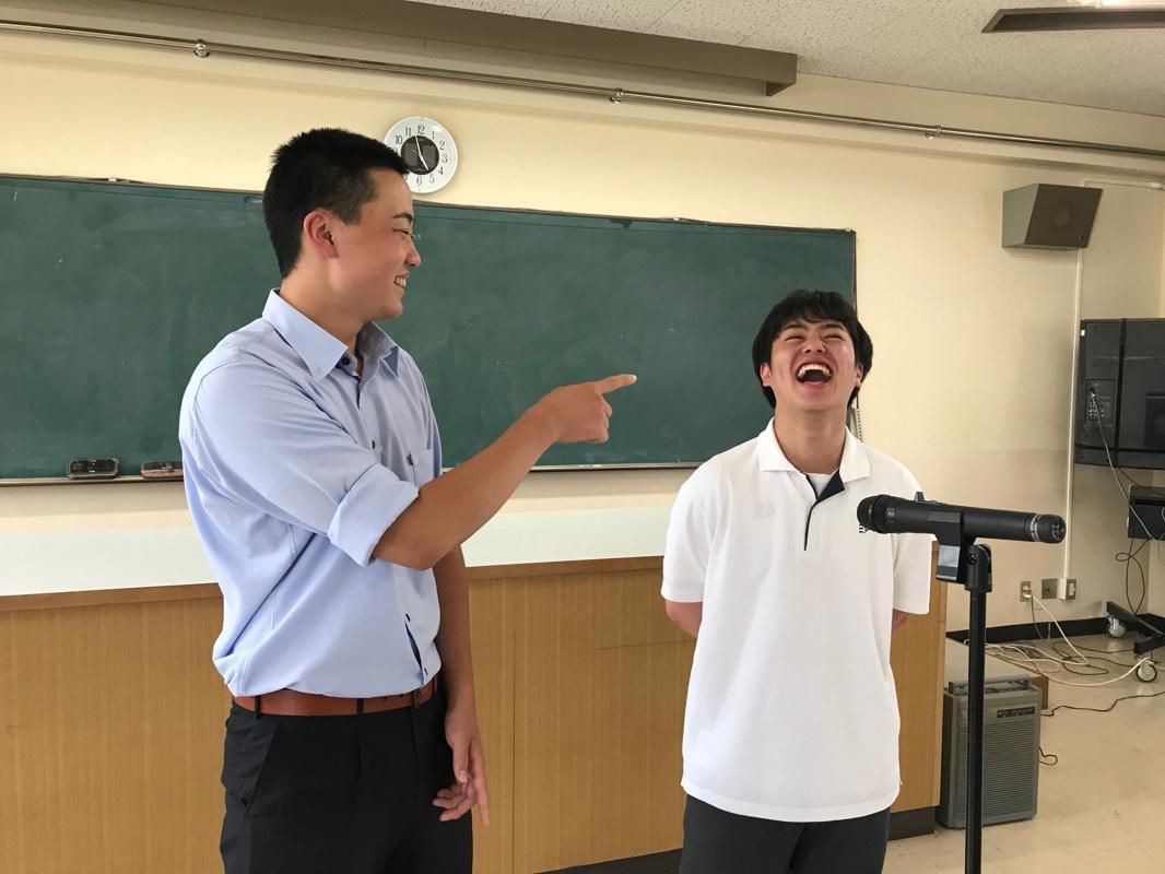 漫才を披露する「黒藤パン」藤田天佑さん(左)、黒川拓真さん(右)
