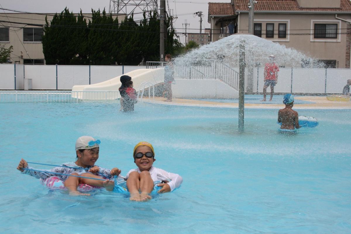 プールで遊ぶ子どもたち