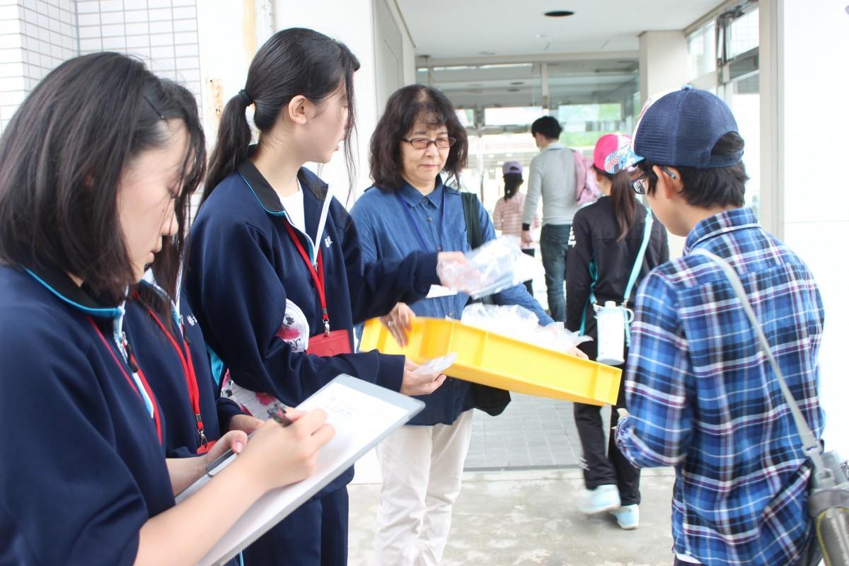 ボランティア活動を行う高砂南高校2年生の皆さん