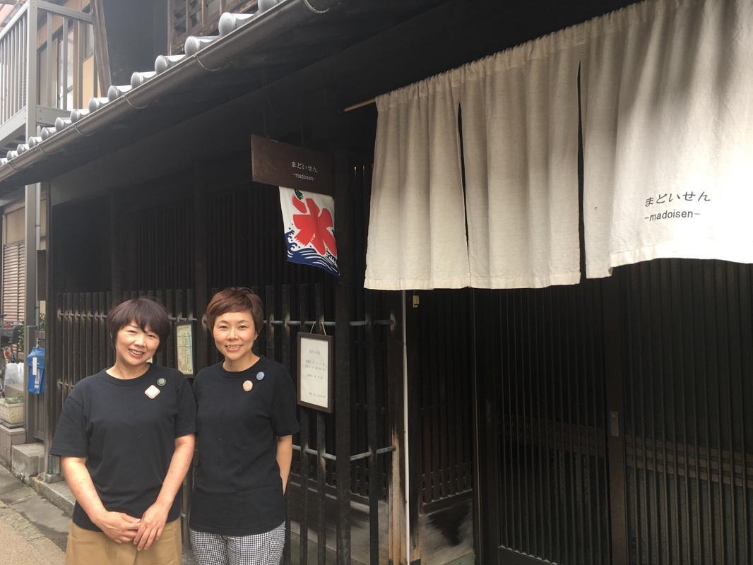 店主の山本陽子さん(左)と妹の山本朋子さん(右)