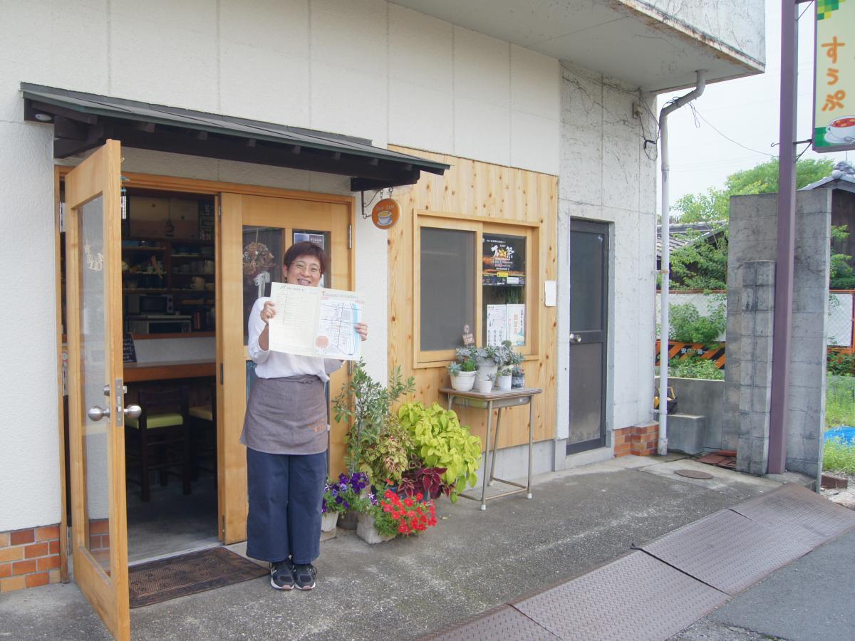 お店仲間で作る「イイトコmikke!」マップを手に呼び掛ける高橋さん