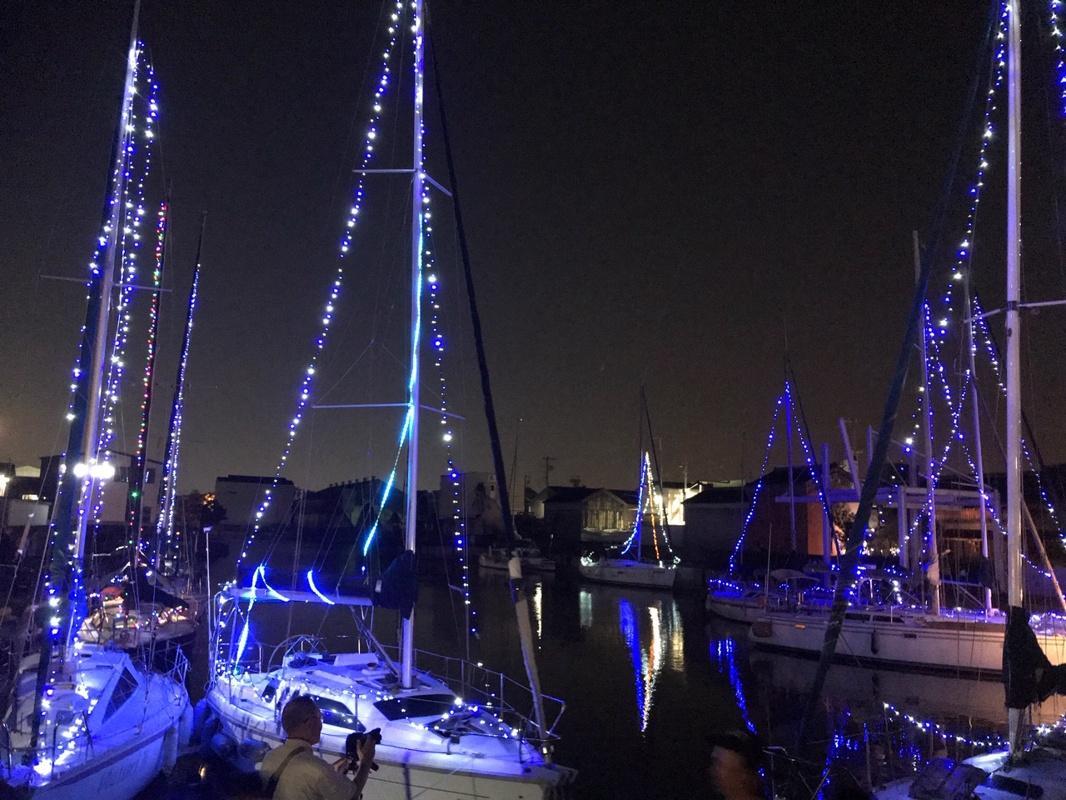 ヨットの帆にLEDライトが施された「水の灯かり会場」