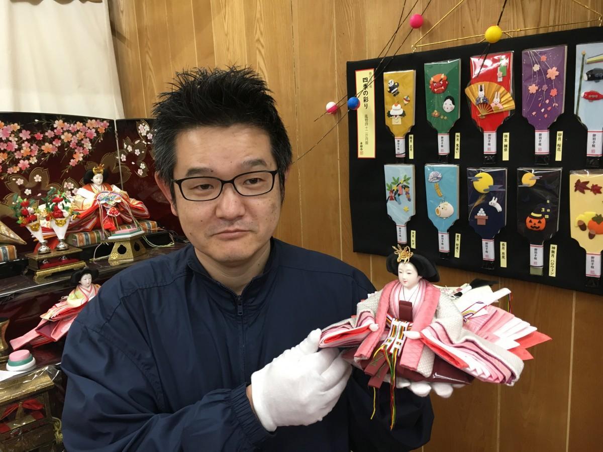 松右衛門帆のひな人形をPRする店主の和田晃昌さん