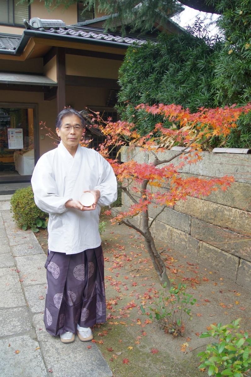 出来上がった干支の神盃を手に初詣を呼び掛ける小松宮司