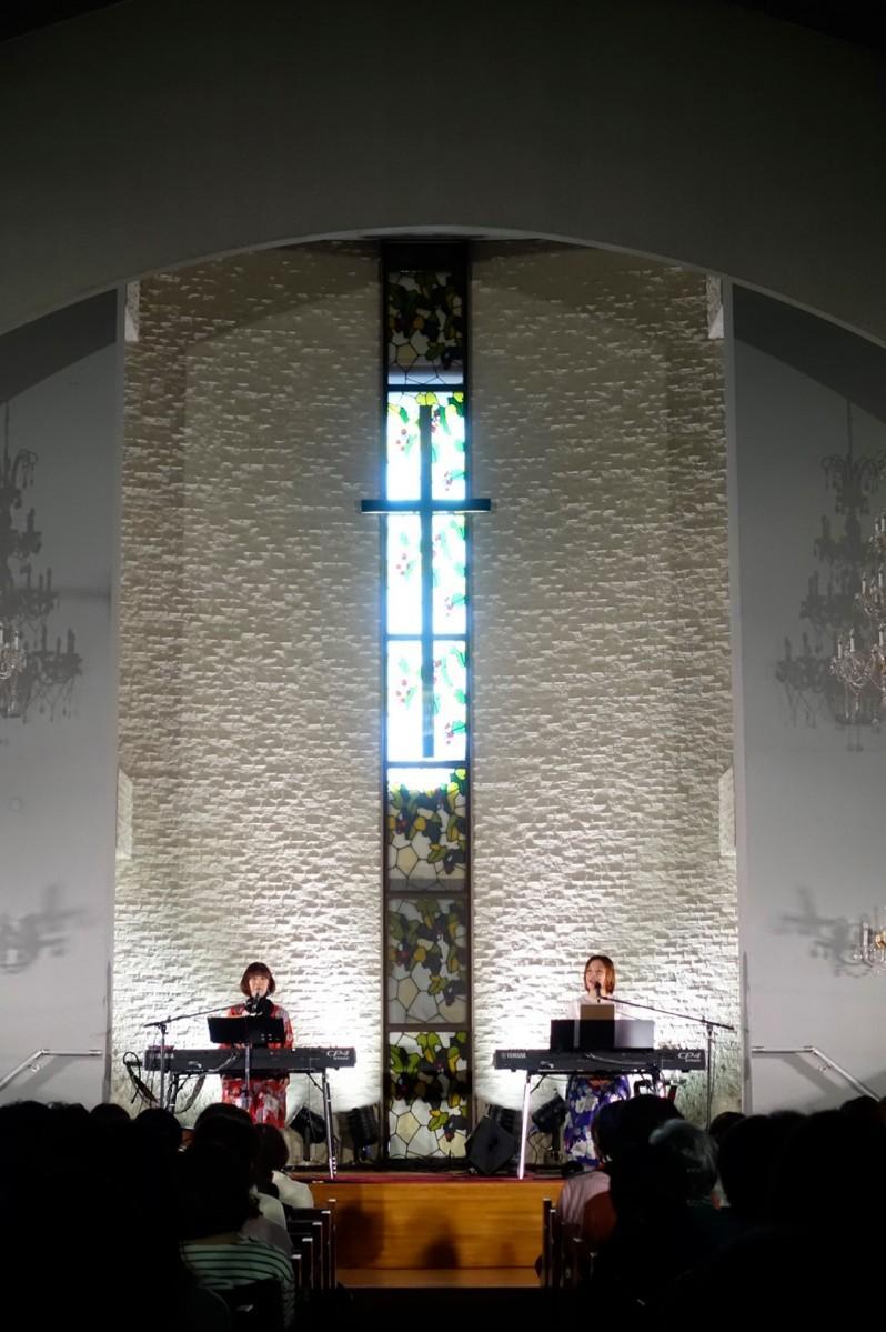 聖堂でライブを行う「花*花」