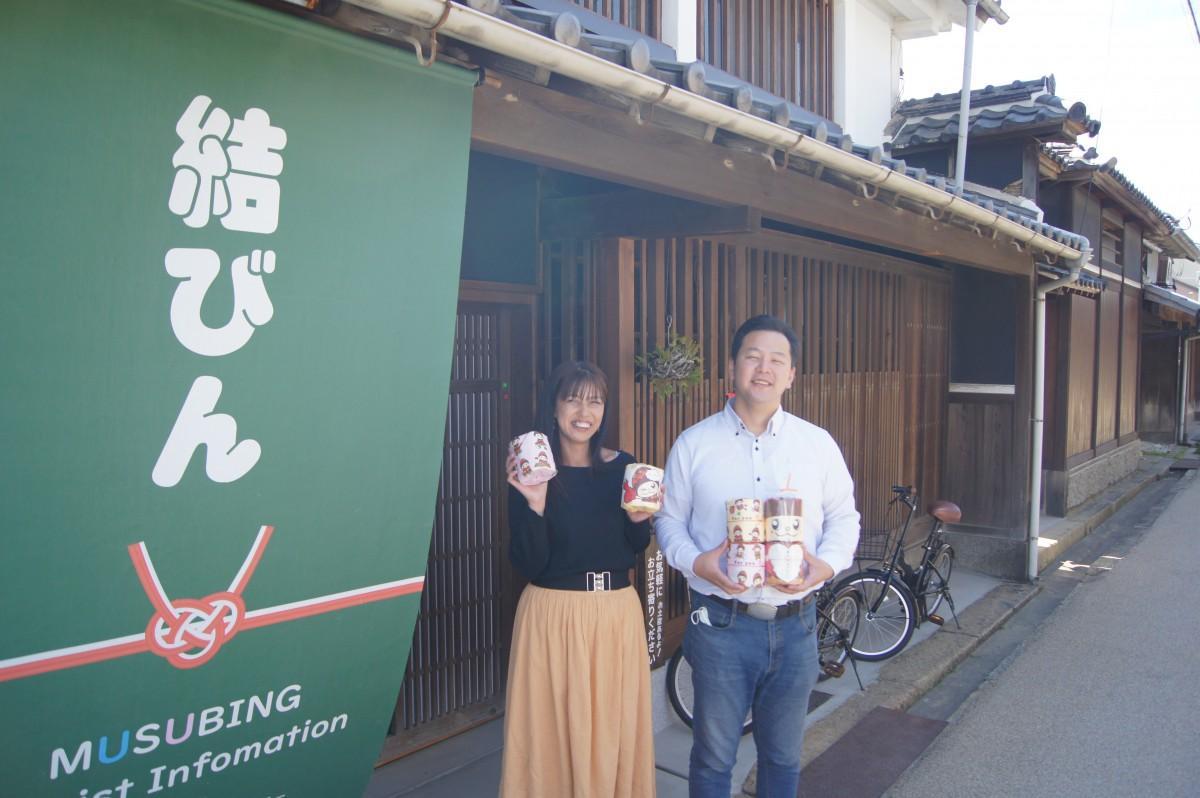 ぼっくりんトイレットペーパーが店頭に並ぶ「結びん」の前でPRするろみひーさんと紀子さん