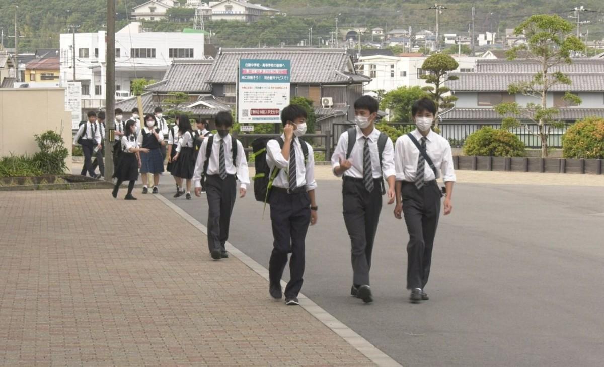 登校する生徒たち