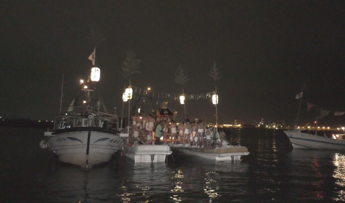 海上で神事を行う「船渡御」の様子