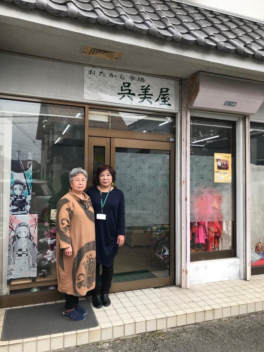店主の嶋原さん(左)とスタッフの香山みどりさん(右)