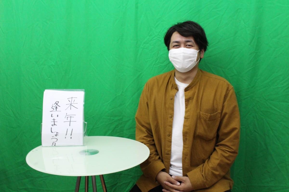 スタジオで配信するメッセージを収録する菅寛和さん