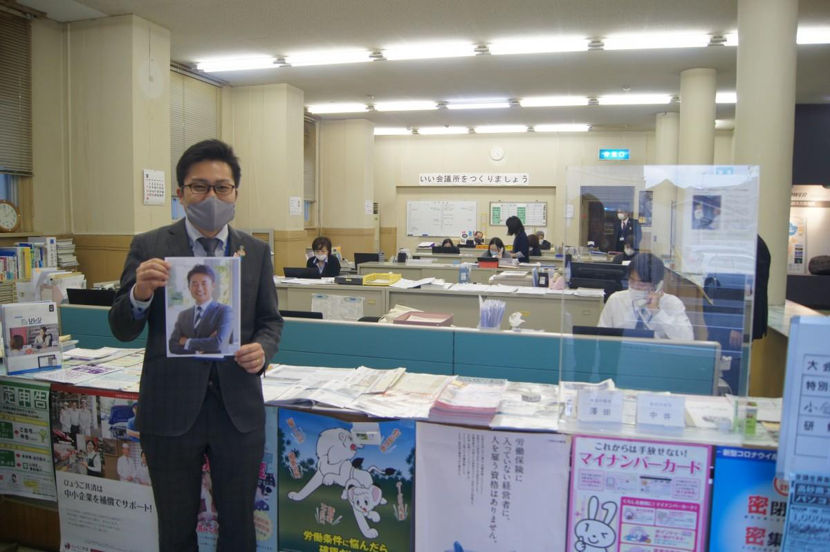 会議所窓口から講演会参加を呼び掛ける上田さん
