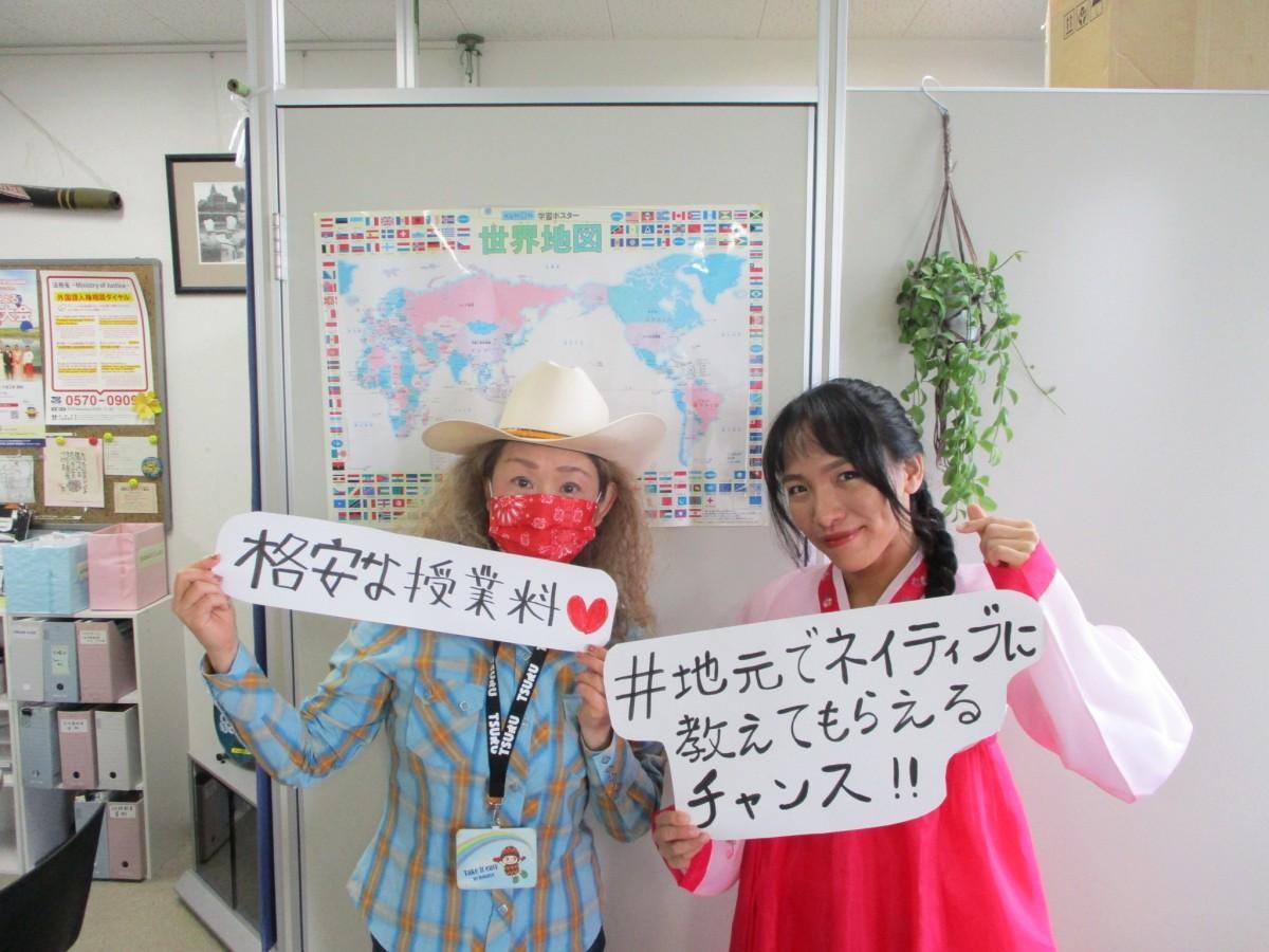 語学講座の受講生募集を呼びかける片岡さん(左)と大和屋さん(右)