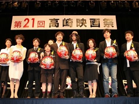 副賞のだるまを持つ受賞者のみなさん。右から3人目が「ゆれる」の西川美和監督