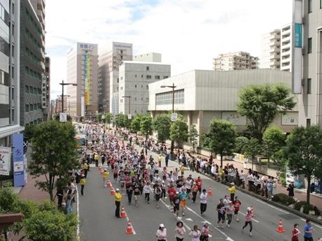 東京マラソンを想定したロケ、沿道の観客やランナーは高崎市だけでなく、市外、県外から参加も。高崎市美術館前から高崎ワシントンホテル前まで激走5回