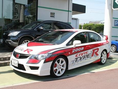 2008年の無限公式レース用デザインのカラーリングを施した「CIVIC TYPE-R」