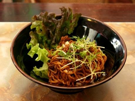 「すってんぺ」では盛り付けにもこだわりを持っており、「汁なし担々麺」は昼と夜とで盛り付けを変えている。写真は昼バージョン