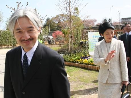 記念植樹の後、会場内を視察される秋篠宮ご夫妻