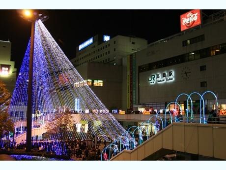 JR高崎駅西口のロータリーに立てられたイルミタワーを中心にさまざまな光の装飾が