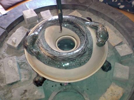 いろりが大きいので鍋が小さく見えるが鍋の直径は63センチメートル。男性4人で持ち上げる