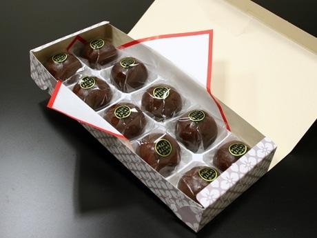 開店前から並んででも食べたくなる「かりんとうまんじゅう」。「ひと口でも食べられる大きさが大人買いにつながっているのかも」(大塚喜一郎さん)。写真は10個入り(950円)