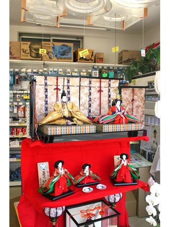 大野電器店の「ひな飾り」。お内裏様の頭上には照明器具が