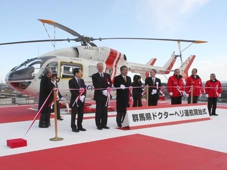 テープカットの準備も大変なほどの強風。右から3人目が大澤正明群馬県知事