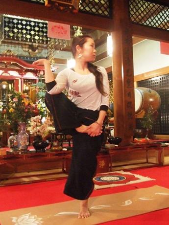 慈眼院本堂で。「ルーシーダットンは仏教とも関連があり、スタジオとはひと味違う精神作用が」と蓮明さん