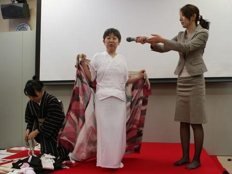 「襦袢は必ず下からこのように着ると、そこはかとない女性らしさが出ます」と石田さん