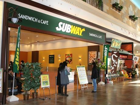 レストラン街にオープンしたサブウェイは「登利平」の隣り