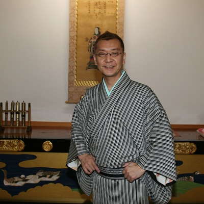 柳家紫文さん、敬西寺の本堂で