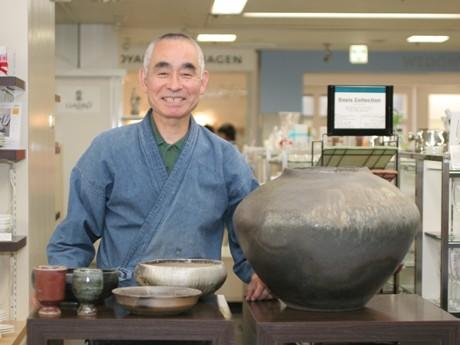 会場は高崎タカシマヤ5F食器売り場。ほとんどの時間、佐藤けいさん自ら販売を行う
